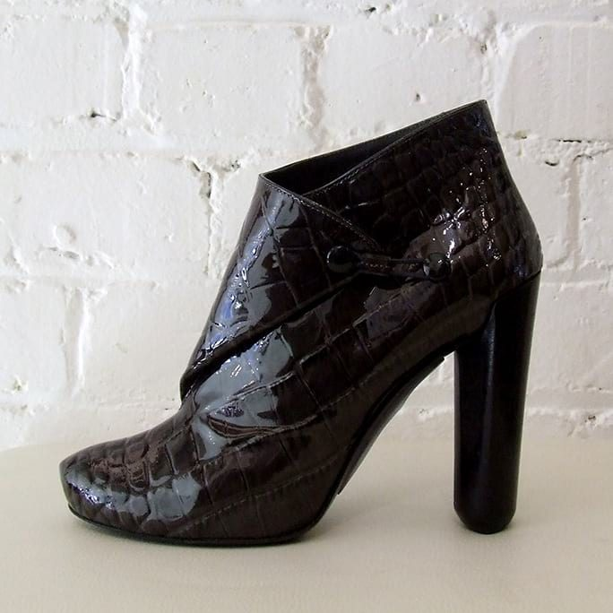 Textured patent leather shoe-boot.