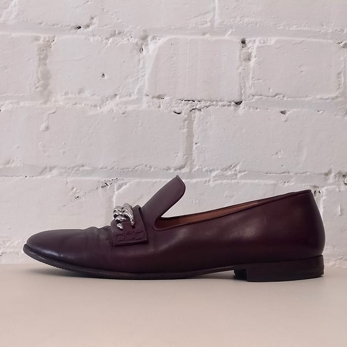Burgundy leather loafer with chain detail.