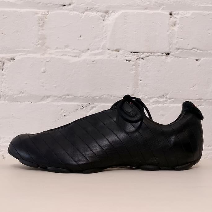 Vintage-style sport sneaker.
