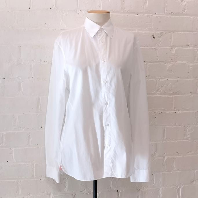 Slim fit white cotton shirt.