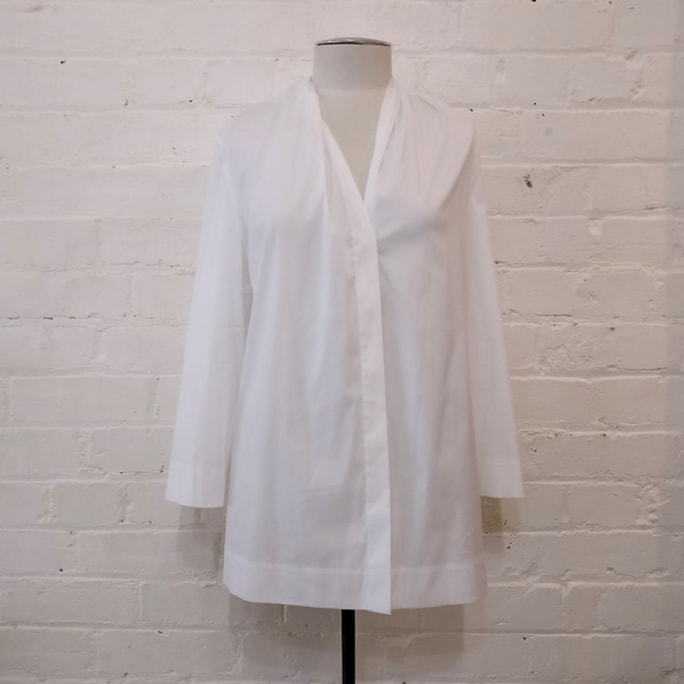 White stretch cotton shirt, collarless and 3/4 sleeve.
