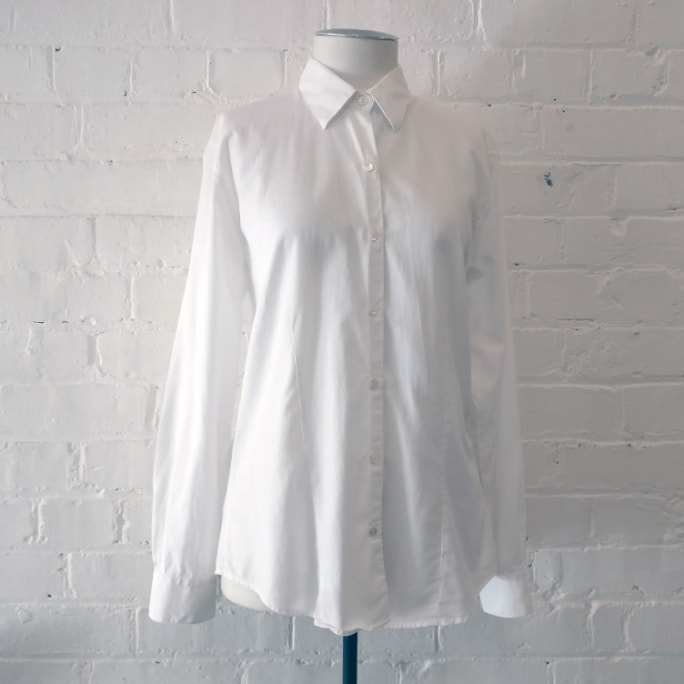 Woven cotton fitted shirt.