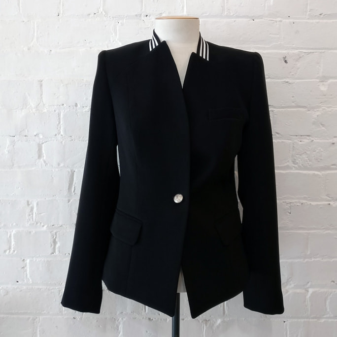 Fitted crop jacket with pockets.