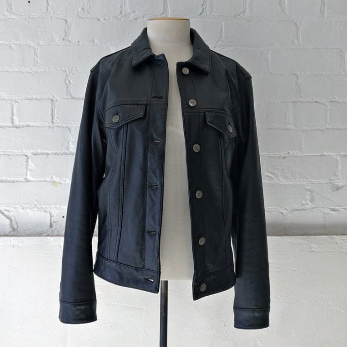 Leather jacket with breast pockets, lined.