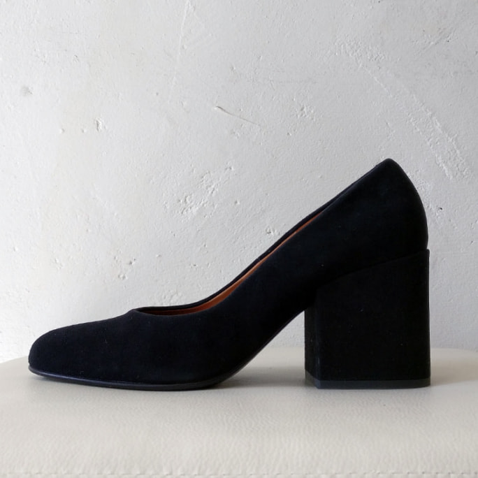 Nubuck pump with chunky heel, box and dust bag.